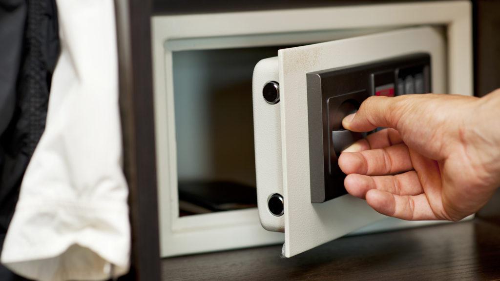 Стоит ли иметь дома сейф?